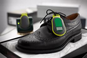 Der aktive Funk-Clip zur Kennzeichnung von Waren lässt sich zum Beispiel an Schuhen befestigen. © Fraunhofer IZM