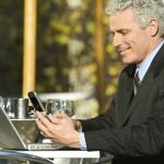 Business Man mit Notebook und Telefon