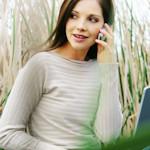 Frau mit Notebook und Handy