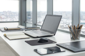 Büro mit Laptop