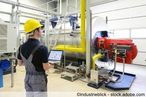 Wartung in einer Industrieanlage: Arbeiter checkt das System auf Funktion