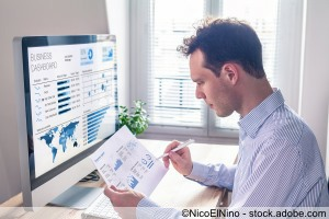 Business man / Trader verfolft Finanzmärkte