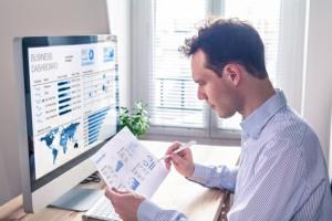 Business man / Trader verfolgt Finanzmärkte